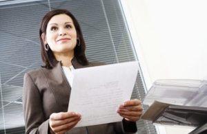 Geschäftsfrau während der Arbeit